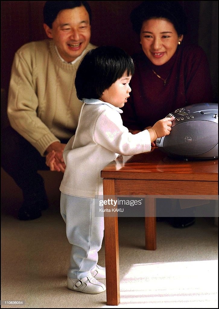 Crown Prince Naruhito'S One-Year Old Daughter, Princess Aiko, With Mother Crown Princess Masako, At Their Residence, Togu Palace In Tokyo, Japan On February 05, 2003 : ニュース写真