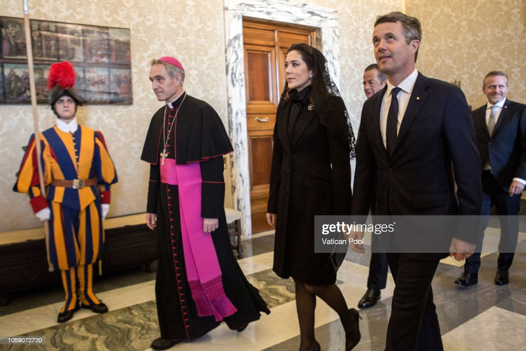 CASA REAL DE DINAMARCA - Página 41 Crown-princess-mary-and-crown-prince-frederik-of-denmark-flanked-by-picture-id1059072720