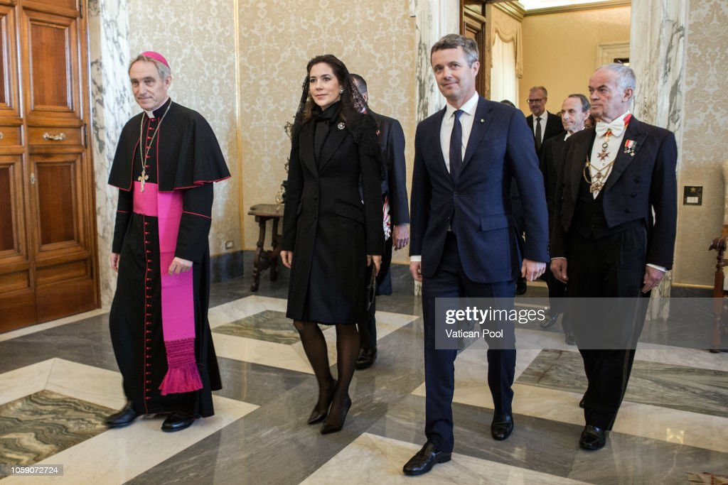 CASA REAL DE DINAMARCA - Página 41 Crown-princess-mary-and-crown-prince-frederik-of-denmark-flanked-by-picture-id1059072724