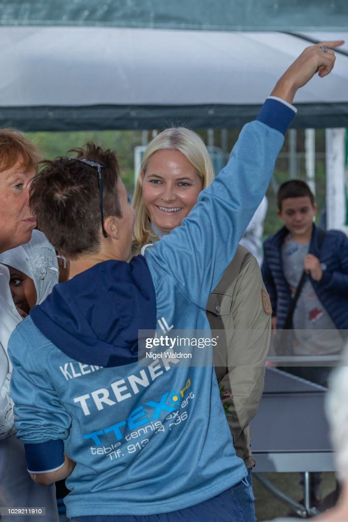 CASA REAL DE NORUEGA - Página 19 Crown-princess-mette-marit-speaks-to-the-local-community-during-her-picture-id1029211910