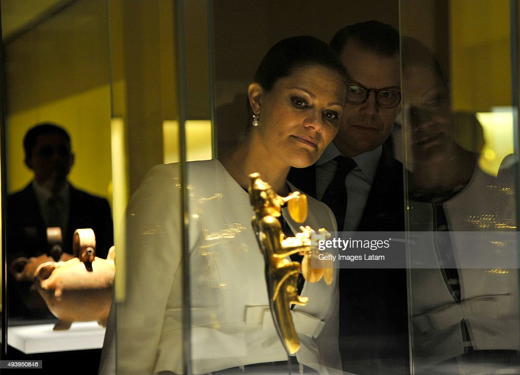 Crown Princess Victoria of Sweden and Prince Daniel of Sweden look at a prehispanic piece during a visit to the Gold Museum on October 23, 2015 in Bogota, Colombia.