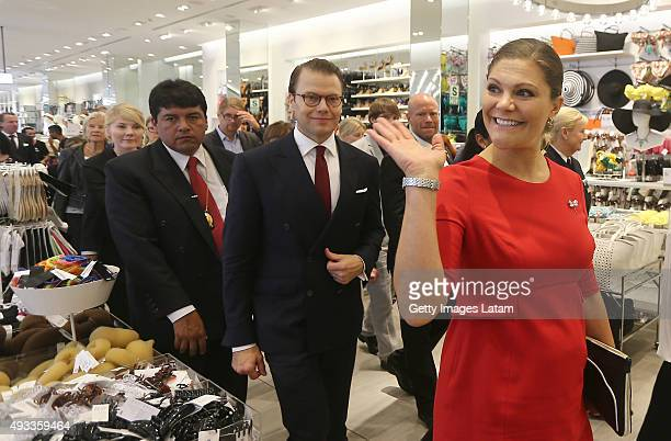 Crown Princess Victoria of Sweden and Prince Daniel of Sweden visit a H&M store at Jockey Plaza on October 19, 2015 in Lima, Peru.