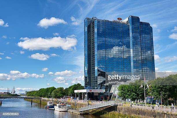 crowne plaza hotel and the river clyde, glasgow, scotland - johnfscott stock pictures, royalty-free photos & images