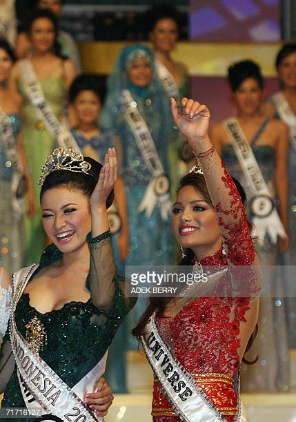 Crowned Miss Universe Puertorican Zuleyka Rivera and newly crowned Miss Indoneisa 2006 Agni Pratistha wave to the crowd during Puteri Indonesia or...