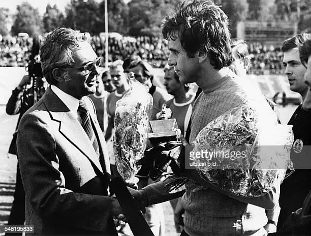 Croy, Juergen *- Fussballtorwart, DDR Olympiasieger 1976 - Ehrung durch DFV-Praesident Guenter Schneider mit dem 'Silbernen Schuh' zum Fussballer des...