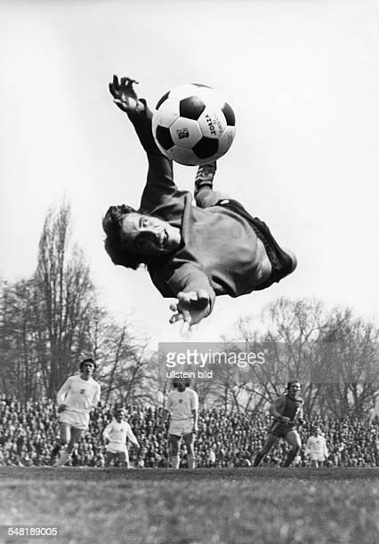 Croy, Juergen *- Fussballtorwart, DDR Olympiasieger 1976 - Ganzkoerperaufnahme, fliegt im Trikot von Sachsenring Zwickau durch die Luft, um den Ball...
