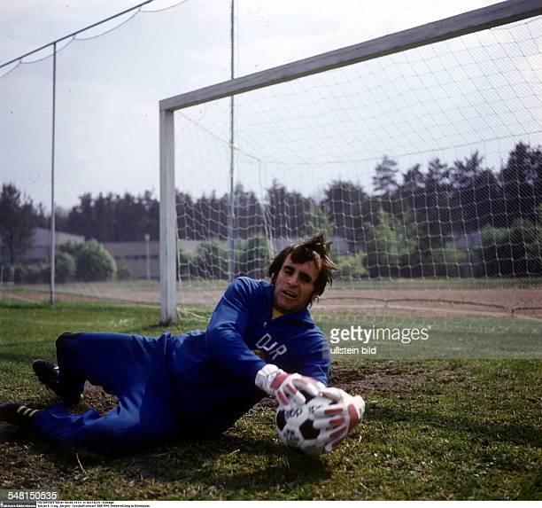 Croy, Juergen *- Fussballtorwart, DDR Olympiasieger 1976 - Ganzkoerperaufnahme, Vorbereitung fuer die Fussball-WM, beim Training in Kienbaum in...