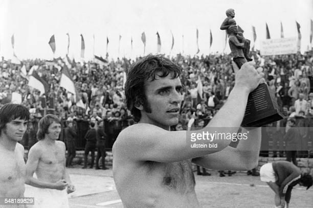 Croy, Juergen *- Fussballtorwart, DDR Olympiasieger 1976 - haelt den Pokal nach dem Sieg im Endspiel Dynamo Dresden gegen Sachsenring Zwickau fuer...