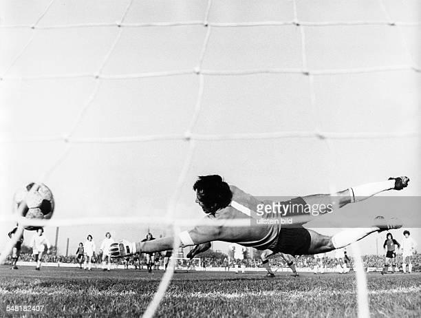 Croy, Juergen *- Fussballtorwart, DDR Olympiasieger 1976 - im Trikot von Sachsenring Zwickau: J.C. Streckt sich beim Elfmeter vergeblich nach dem...