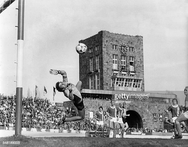 Croy, Juergen *- Fussballtorwart, DDR Olympiasieger 1976 - Spielszene: Sachsenring Zwickau-Dynamo Dresden ; J.C. Fliegt durch die Luft und streckt...