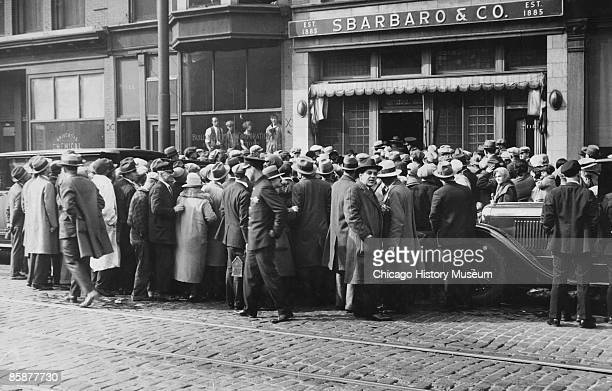 A crpwd gathered at the scene of Earl 'Hymie' Weiss' murder on State Street in Chicago 1926 Weiss was killed by Al Capone's gang in front of...