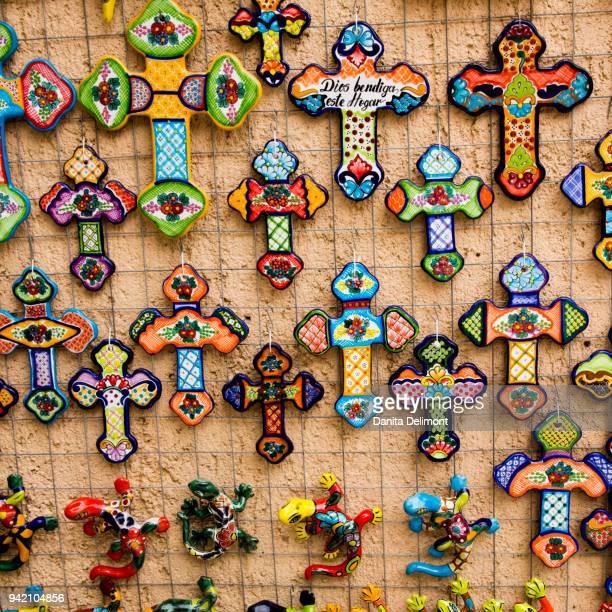 crucifix and lizard souvenirs, todos santos, baja california sur, mexico - todos santos mexico fotografías e imágenes de stock