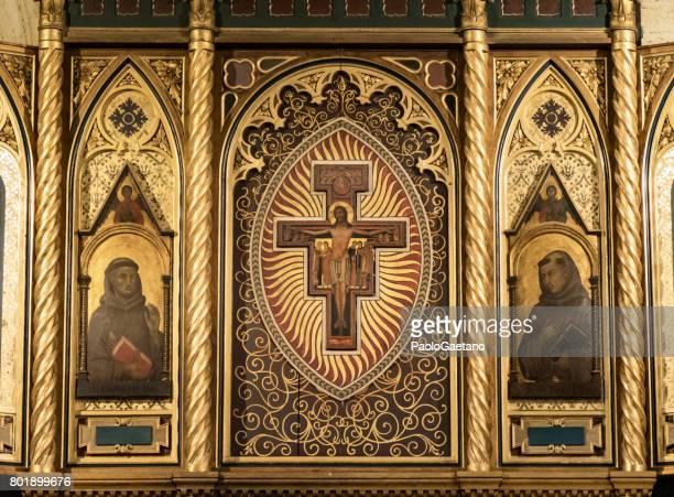 Kruzifix und Heiligen