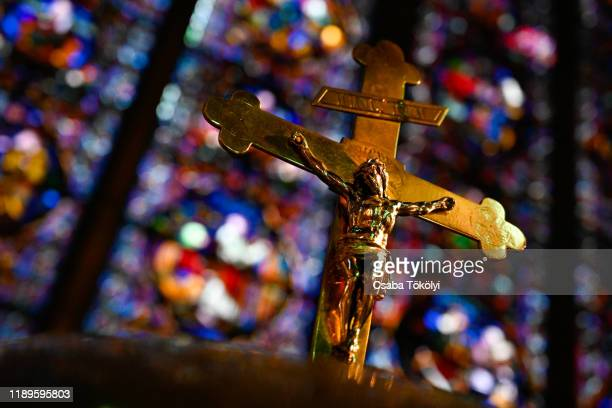 crucifix in dinant cathedral - christendom stockfoto's en -beelden