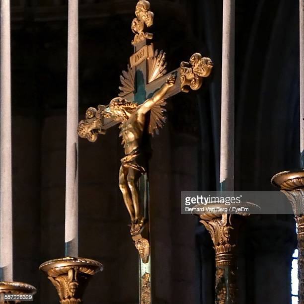crucifixion of statue of jesus christ in church - crucifixion photos et images de collection