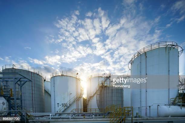crude oil tank in the refinery - vorratstank stock-fotos und bilder