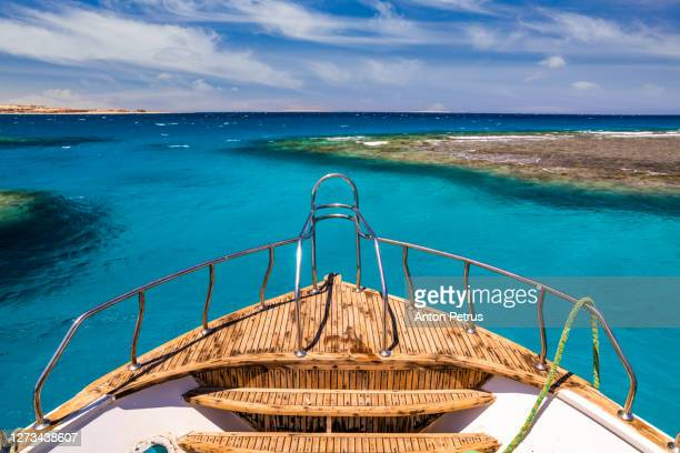 cruise boat in the clear water near coral reef.  red sea, egypt - 乗り物に乗って ストックフォトと画像