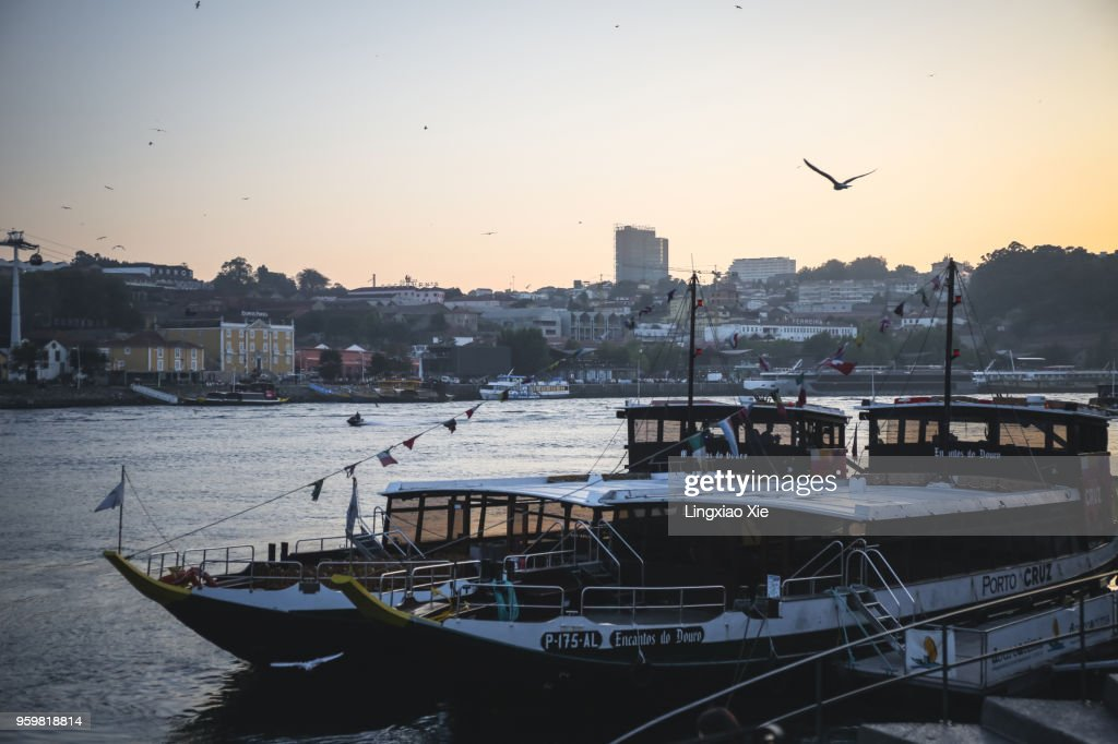 Cruise boats along Douro River at sunset, Porto and Vila Nova de Gaia, Portugal : Stock-Foto