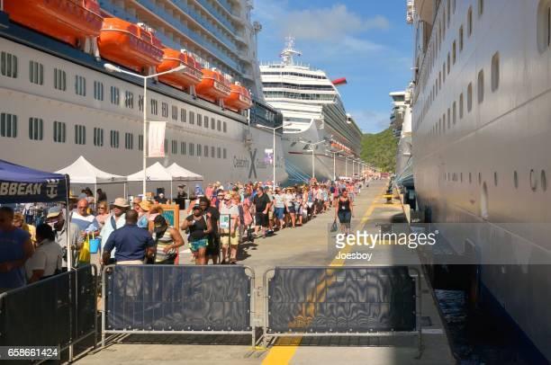 attente de passagers sur la sécurité de la croisière à bord d'un navire - paquebot france photos et images de collection
