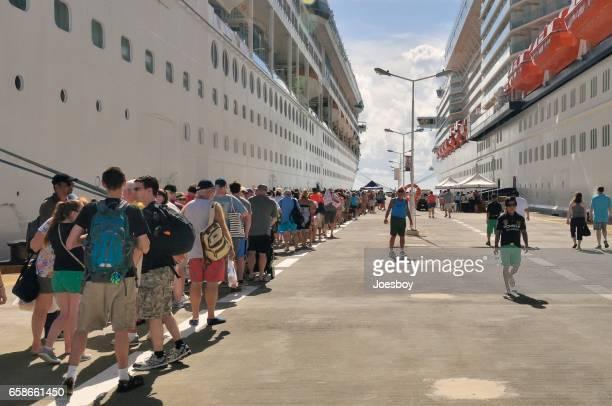 attente de passagers de croisière à bord d'un navire - paquebot france photos et images de collection