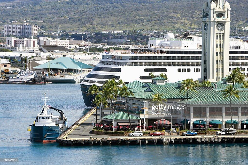 Cruise ship at a harbor, Honolulu Harbor, Honolulu, Oahu, Hawaii Islands, USA : Foto de stock