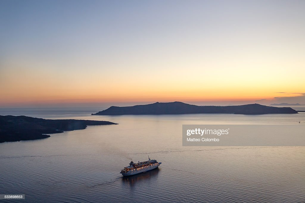 Cruise ship at sunset : Foto stock