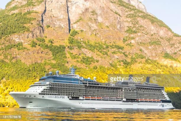 """het schip van de verduistering van de beroemdheid van de cruise in aurlandsfjord in noorwegen tijdens een mooie de zomerdag - """"sjoerd van der wal"""" or """"sjo""""nature stockfoto's en -beelden"""