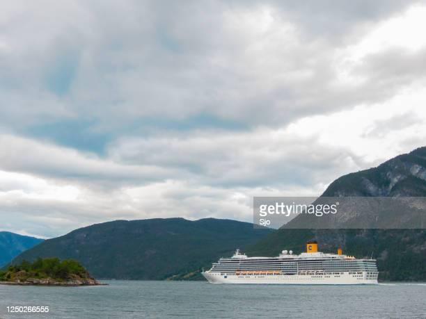"""cruiseschip costa luminosa in de aurlandsfjord in noorwegen tijdens een mooie zomerdag - """"sjoerd van der wal"""" or """"sjo""""nature stockfoto's en -beelden"""