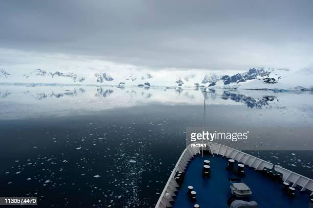 南極海域の氷海域周辺のクルーズ船クルージング - 南極海 ストックフォトと画像