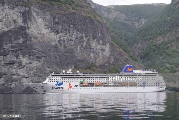 """cruiseschip grand mistral van ibero cruises in de aurlandsfjord in noorwegen - """"sjoerd van der wal"""" or """"sjo""""nature stockfoto's en -beelden"""