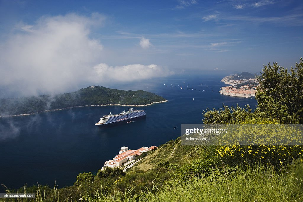 Cruise ship in Adriatic Sea with Dubrovnik in background : Foto stock