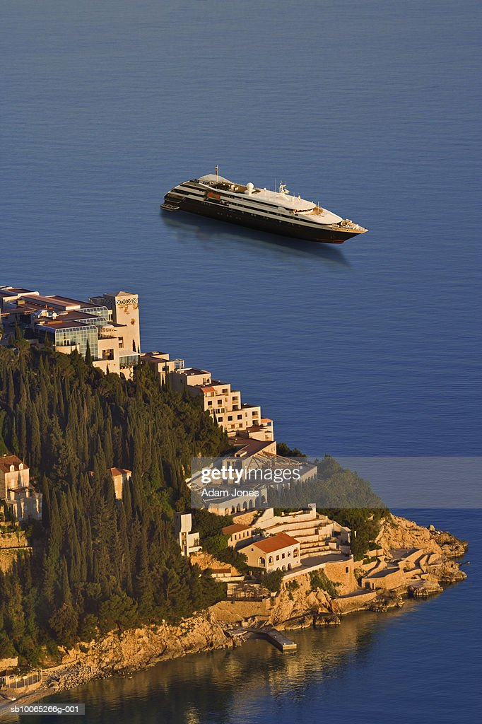 Cruise ship in Adriatic Sea with Dubrovnik in foreground : Foto stock