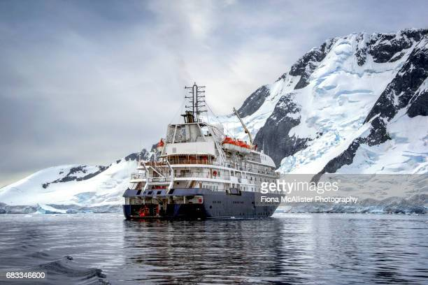 cruise ship in antarctica - 南極大陸探検 ストックフォトと画像