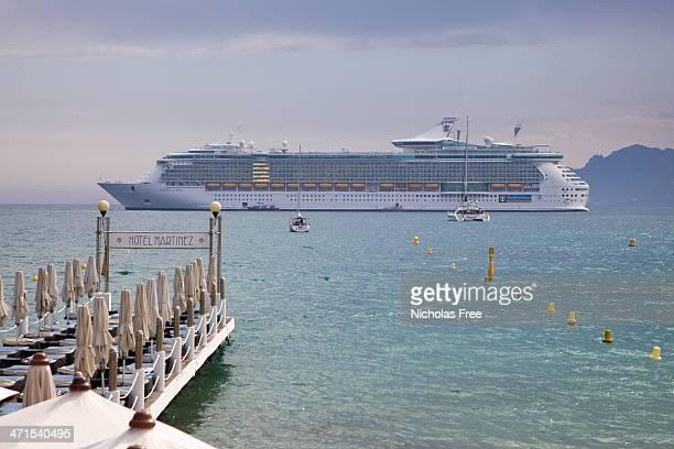 navire de croisière dans la baie de cannes belle brume - paquebot france photos et images de collection