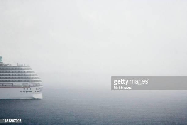 cruise ship in fog on ocean - heck stock-fotos und bilder