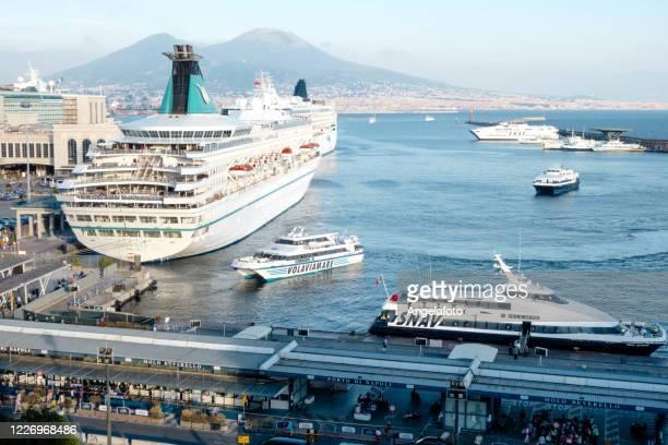 nave da crociera nel porto di napoli - baia foto e immagini stock