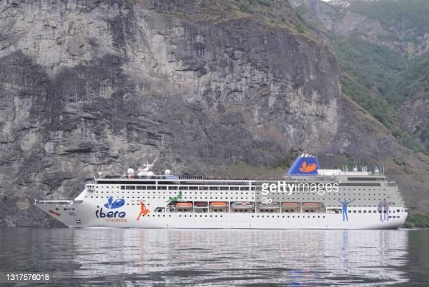 """cruiseschip in de aurlandsfjord in noorwegen tijdens een mooie zomerdag - """"sjoerd van der wal"""" or """"sjo""""nature stockfoto's en -beelden"""