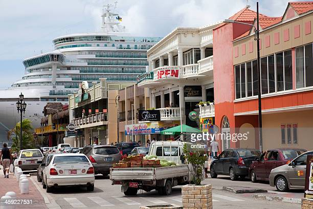 cruise ship in town - oranjestad stockfoto's en -beelden