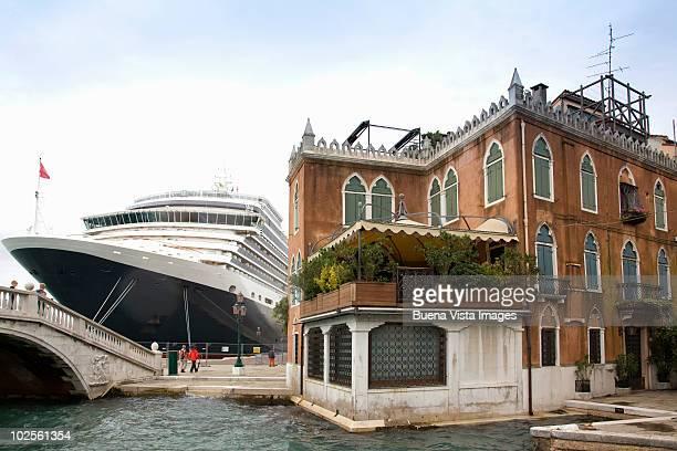 cruise ship in venice - kreuzfahrtschiff stock-fotos und bilder