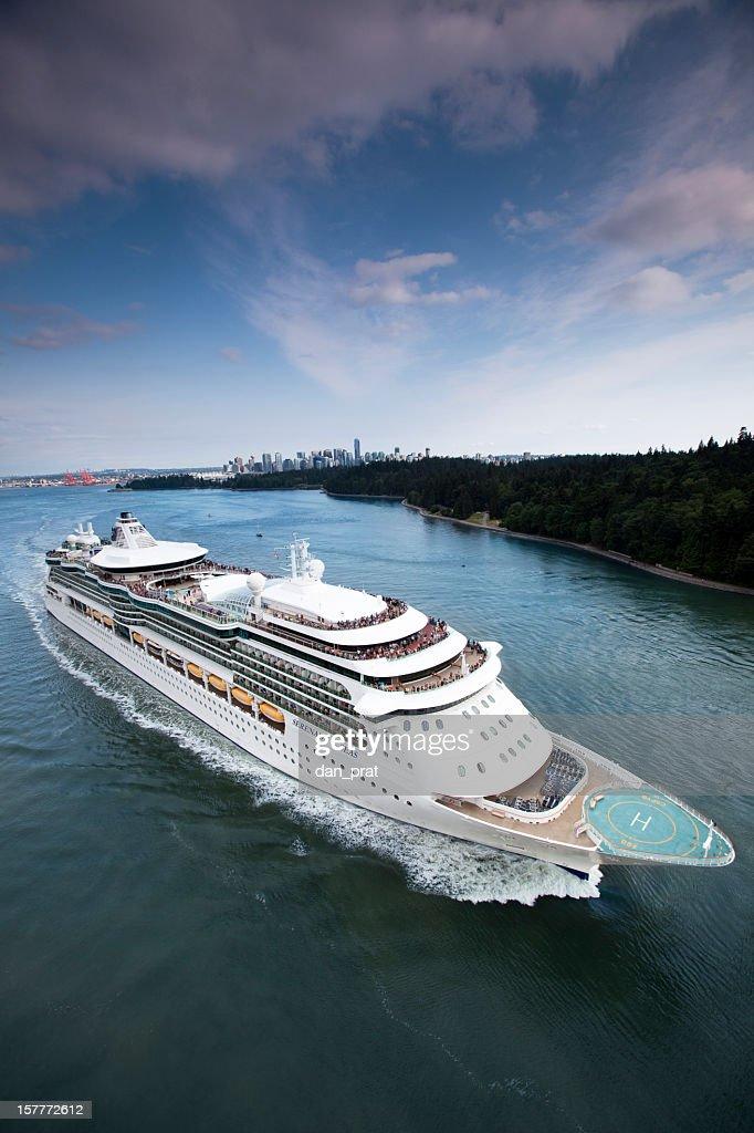 Crucero salir de puerto : Foto de stock