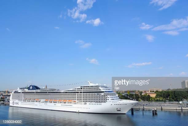 """cruiseschip msc magnifica geëxploiteerd door msc cruises afgemeerd in de haven van kiel in duitsland op een zomerse dag. - """"sjoerd van der wal"""" or """"sjo""""nature stockfoto's en -beelden"""