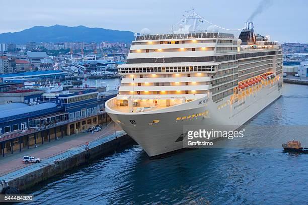 クルーズ船の持続可能な漁業から msc 団の桟橋のヴィーゴスペイン - ビーゴ市 ストックフォトと画像