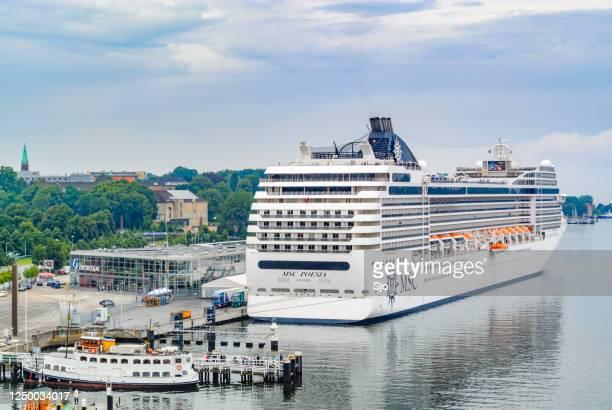 """cruiseschip msc poesia geëxploiteerd door msc cruises afgemeerd in de haven van kiel in duitsland op een zomerse dag. - """"sjoerd van der wal"""" or """"sjo""""nature stockfoto's en -beelden"""