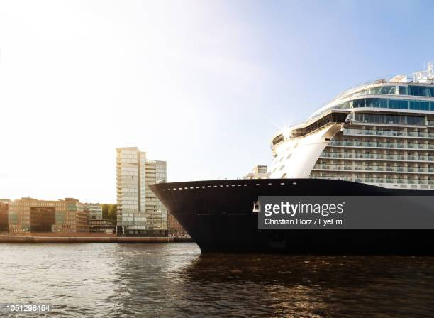 cruise ship on sea against sky in city - kreuzfahrtschiff stock-fotos und bilder