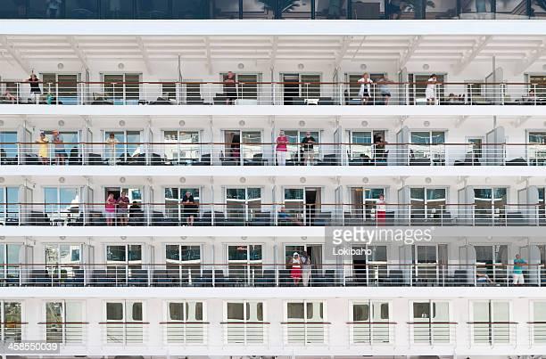 kreuzfahrt-passagiere auf balkon - passagier wasserfahrzeug stock-fotos und bilder
