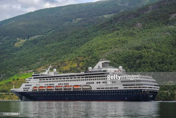 """cruiseschip ryndam van de holland america line in de aurlandsfjord in noorwegen tijdens een mooie zomerdag - """"sjoerd van der wal"""" or """"sjo""""nature stockfoto's en -beelden"""