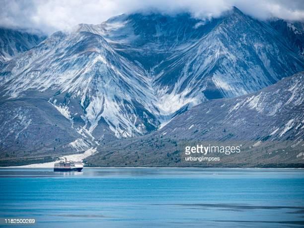 氷河湾国立公園を航行するクルーズ船 - アラスカ文化 ストックフォトと画像