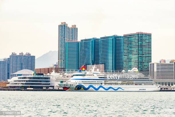 cruise ship stop at ocean terminal deck with hong kong china ferry building background, kowloon island, hong kong - hong kong stock pictures, royalty-free photos & images