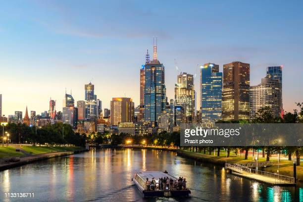 cruise ship with melbourne skyline and yarra river at night in melbourne, victoria, australia. - ヤラ川 ストックフォトと画像