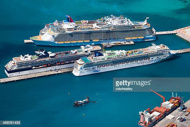 cruise ships at the dock in philipsburg, st. maarten - philipsburg sint maarten stockfoto's en -beelden